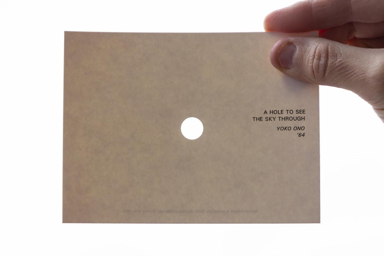 Steve Giasson. Performance invisible n° 206 (Pointer le ciel). Yoko Ono. A HOLE TO SEE THE SKY TROUGH. 1964. Performeur : Steve Giasson. Crédit photographique : Martin Vinette. Retouches photographiques : Daniel Roy. 22 décembre 2020.