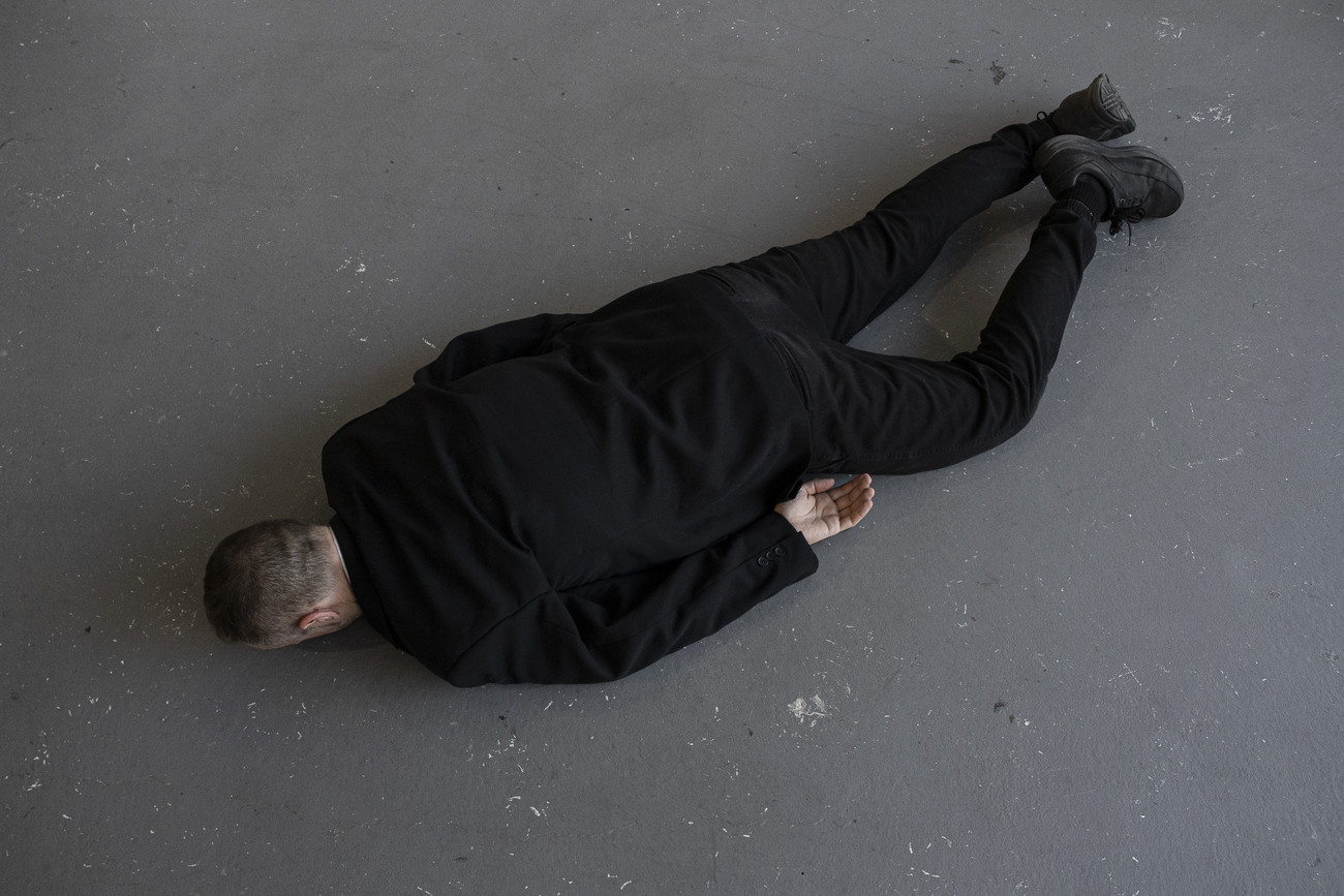 Steve Giasson. Performance invisible n° 167 (Garder le silence). Enactment de He Xiangyu. The Death of Marat. 2011. Performeur : Steve Giasson. Crédit photographique : Martin Vinette. GHAM & DAFE, Montréal. 15 août 2019.