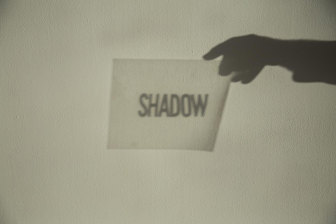Steve Giasson. Performance invisible n° 148 (Faire de l'ombre). D'après Mieko Shiomi. Spatial Poem n° 4. 11-31 décembre 1971. Performeur : Steve Giasson. Crédit photographique : Daniel Roy. AXENÉO7, Gatineau. 20 avril 2018.