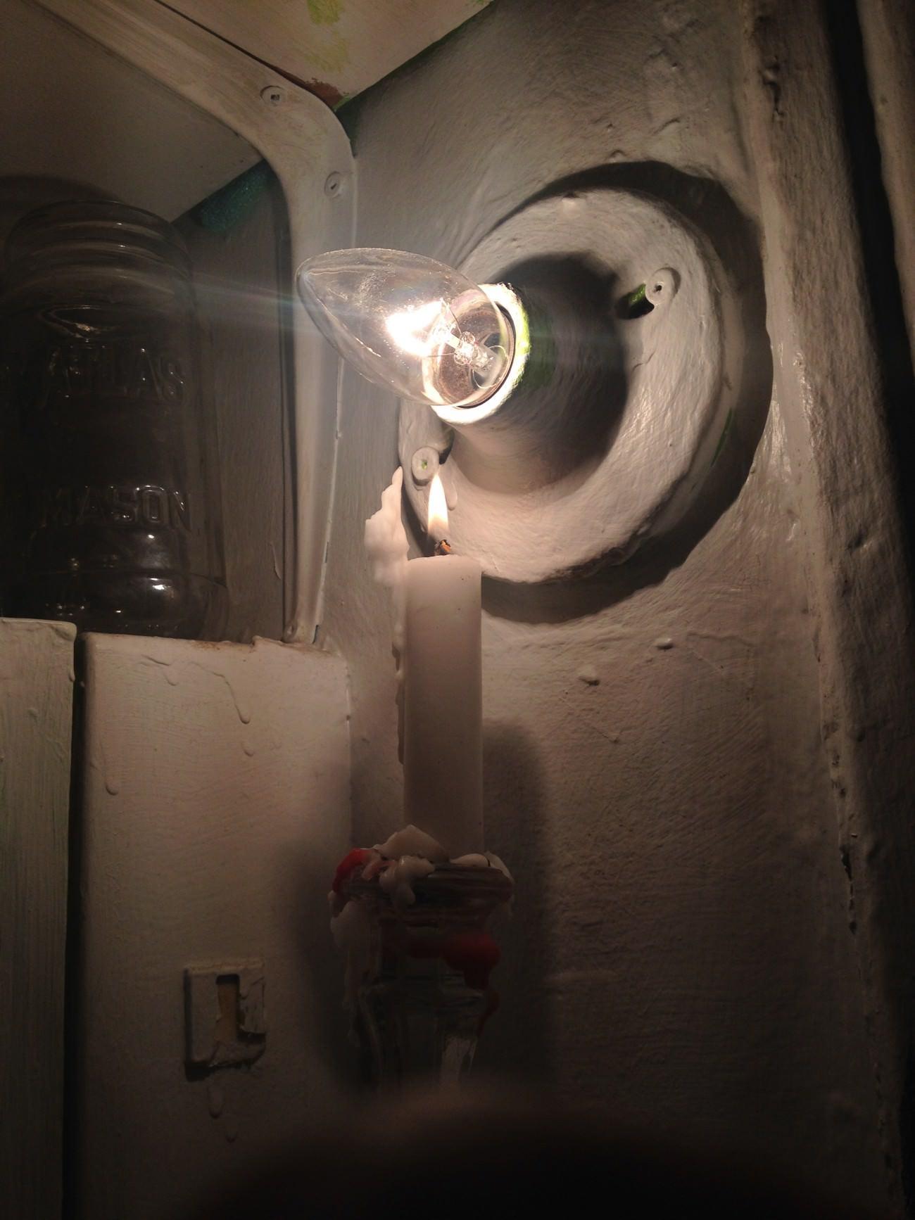 Steve Giasson. Performance invisible n° 91 (Éclairer une lumière avec une lumière). Performeur : anonyme. Crédit photographique : anonyme. 11 mars 2016.