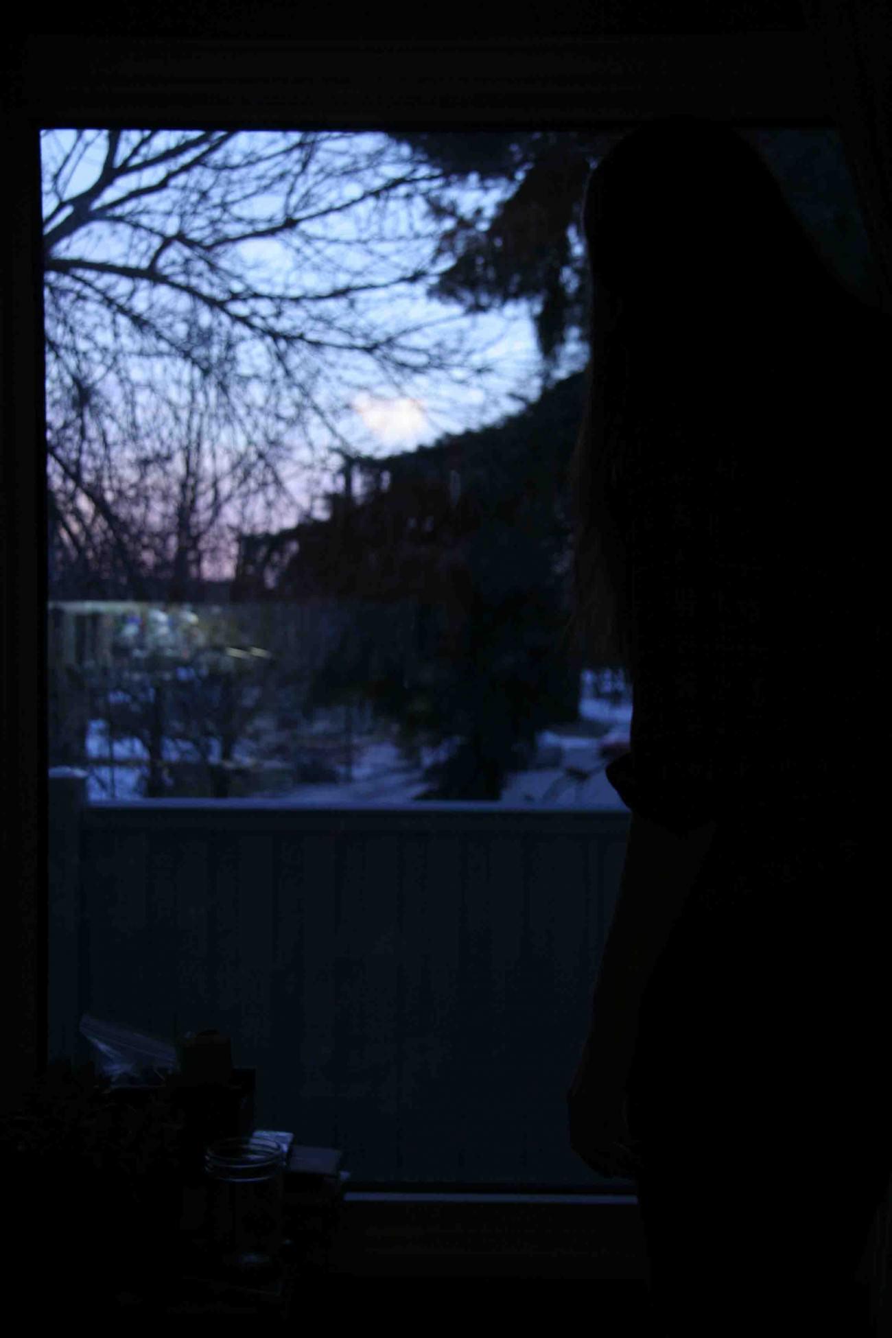 Steve Giasson. Performance invisible n° 29 (Épier quelqu'un ou quelque chose de sa fenêtre.) Performeuse : Catherine Leroux. Crédit photographique : Catherine Leroux. 13 mars 2016.