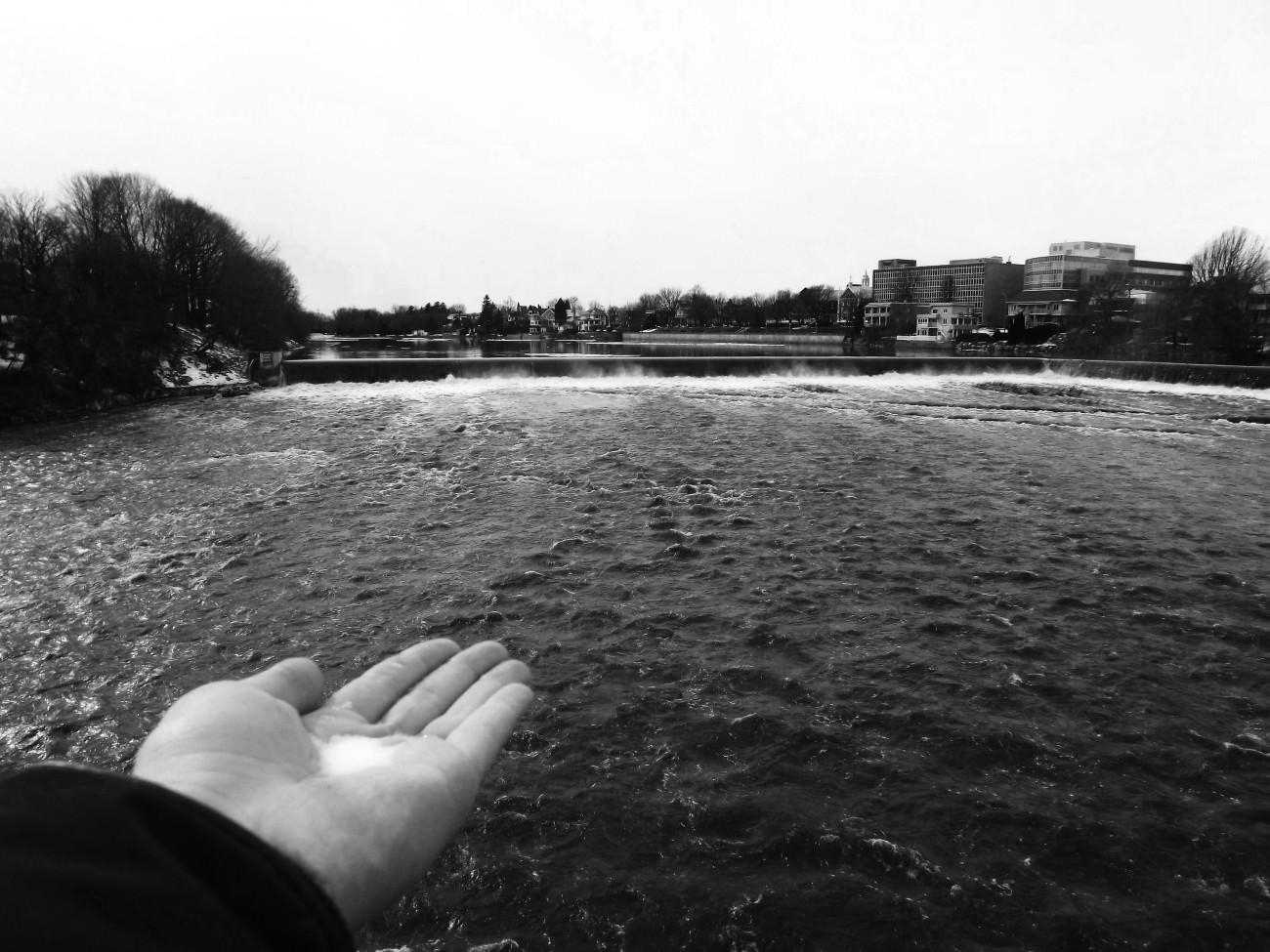 Steve Giasson. Performance invisible n° 7 (Ajouter une pincée de sel dans la mer). Performeuse : Corallie Houde. Crédit photographique : Corallie Houde. 3 mars 2017.