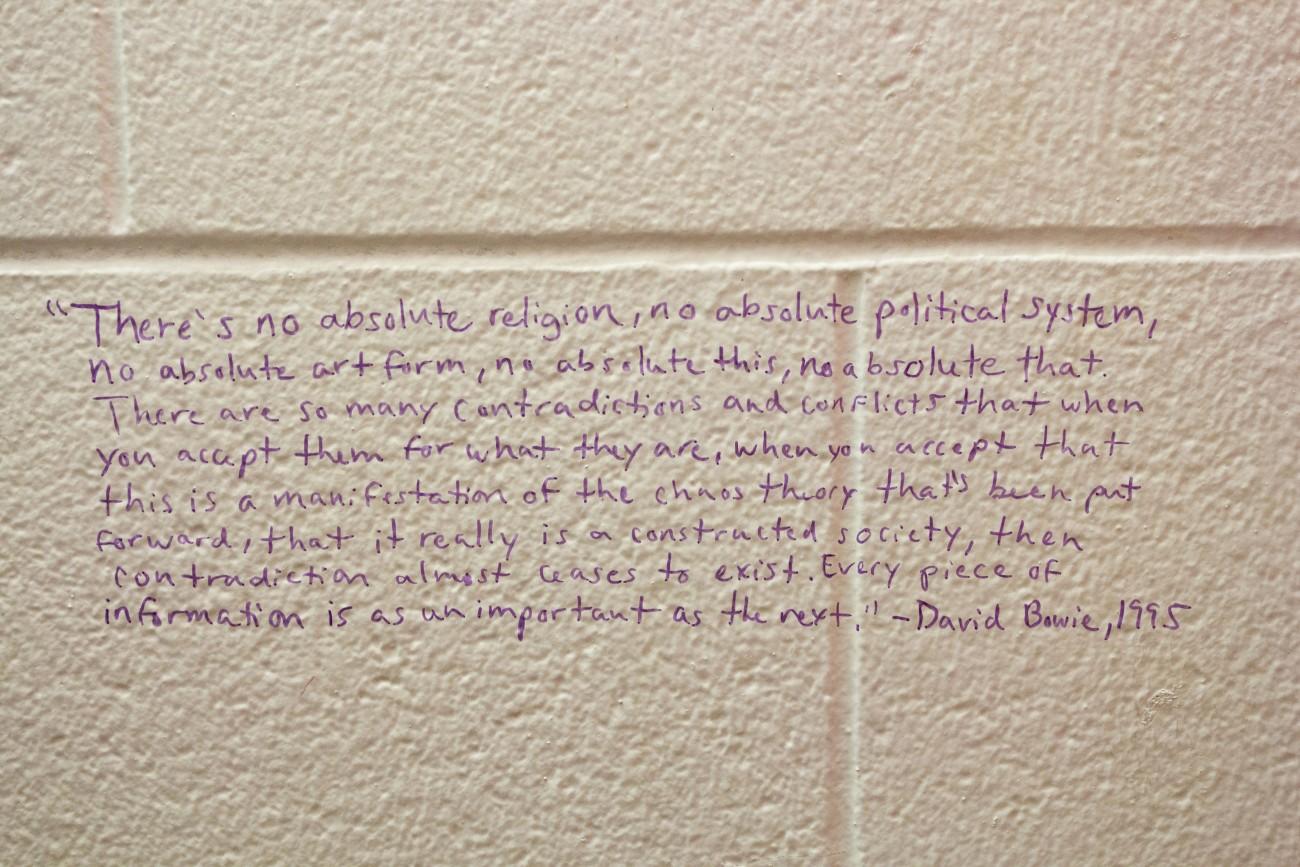 Steve Giasson. Performance invisible n° 71 (Écrire sur le mur d'une toilette publique d'une université une réponse à un problème philosophique présumé). Performeuse : Annabelle Amyot. Crédit photographique : Annabelle Amyot. 13 mars 2016.
