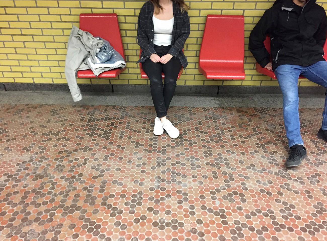Steve Giasson. Performance invisible n° 10 (Commettre une maladresse volontairement). Performeuse : Florence L'Abbé. Crédit photographique : Adriana Thomas GomezJ. 11 mars 2017.