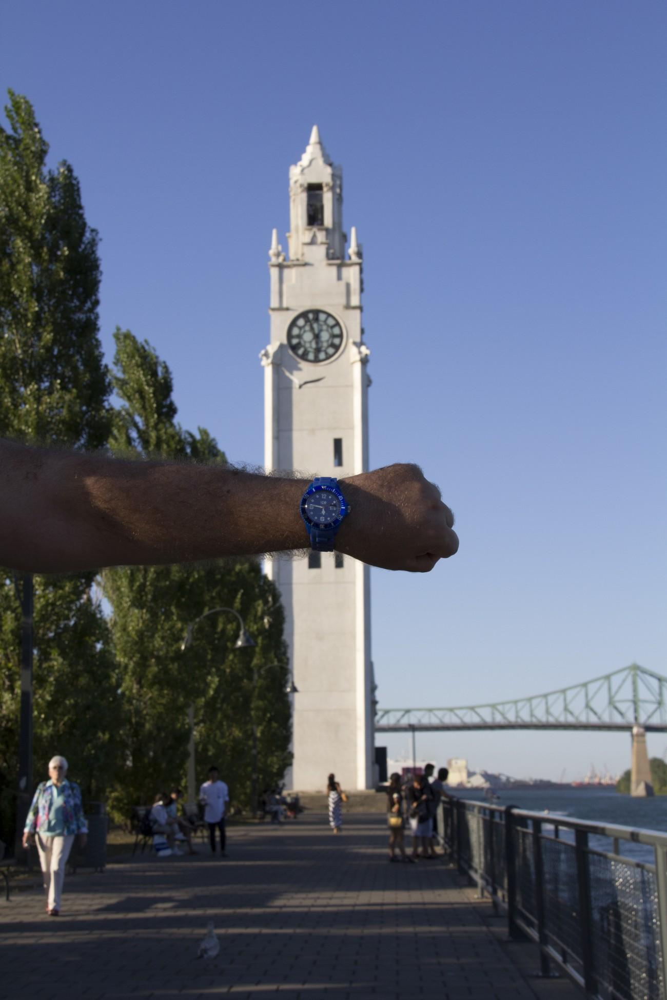 Steve Giasson. Performance invisible n° 21 (Reculer l'heure de sa montre de 10 minutes). Performeur : Steve Giasson. Crédit photographique : Daniel Roy. 4 septembre 2015.