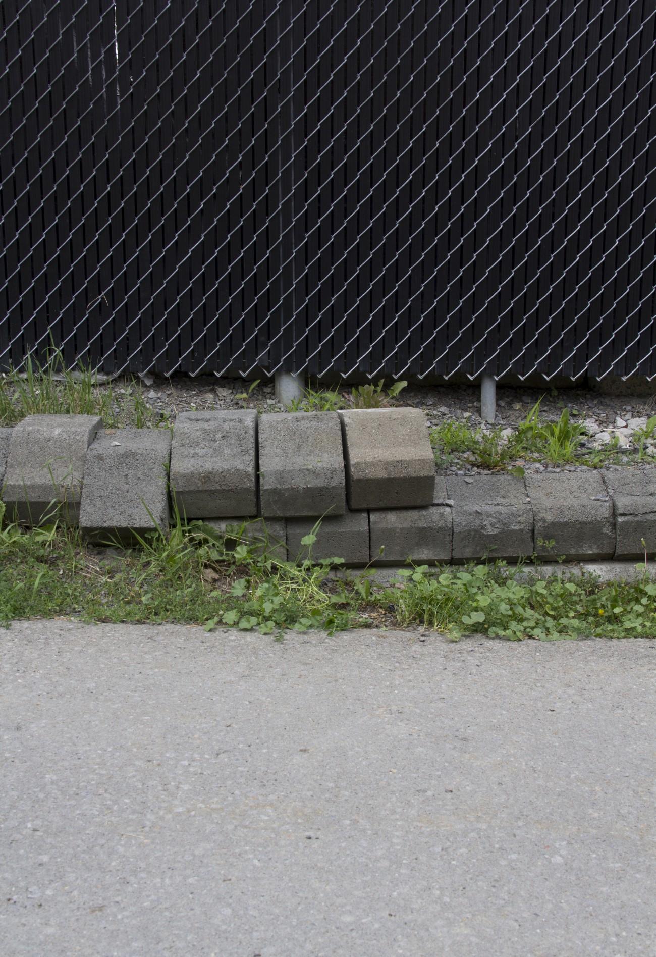 Steve Giasson. Performance invisible n° 6 (Remettre une pierre à sa place (dans un mur, dans un trottoir, dans un lac).) Performeur : Steve Giasson. Crédit photographique : Daniel Roy. 27 juin 2015.