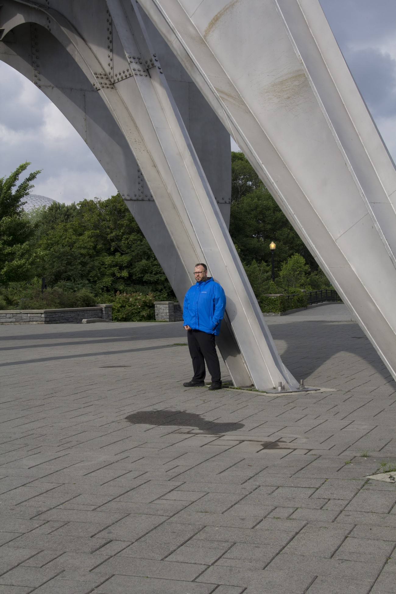 Steve Giasson. Performance invisible n° 11 (Se masturber discrètement contre une sculpture d'Alexander Calder.) Alexander Calder. Trois disques (L'Homme). 1967. Parc Jean-Drapeau, Île Sainte-Hélène, Montréal. Performeur : Steve Giasson. Crédit photographique : Daniel Roy. 1er juillet 2015.