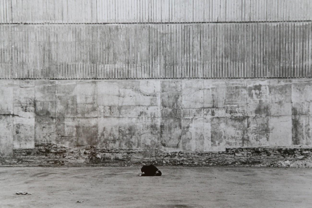 Steve Giasson. Performance invisible n° 3 (Demeurer immobile et en silence (un certain temps).)    Performeuse : Charline Dally. Crédit photographique :Martin Araya. 13 avril 2016.