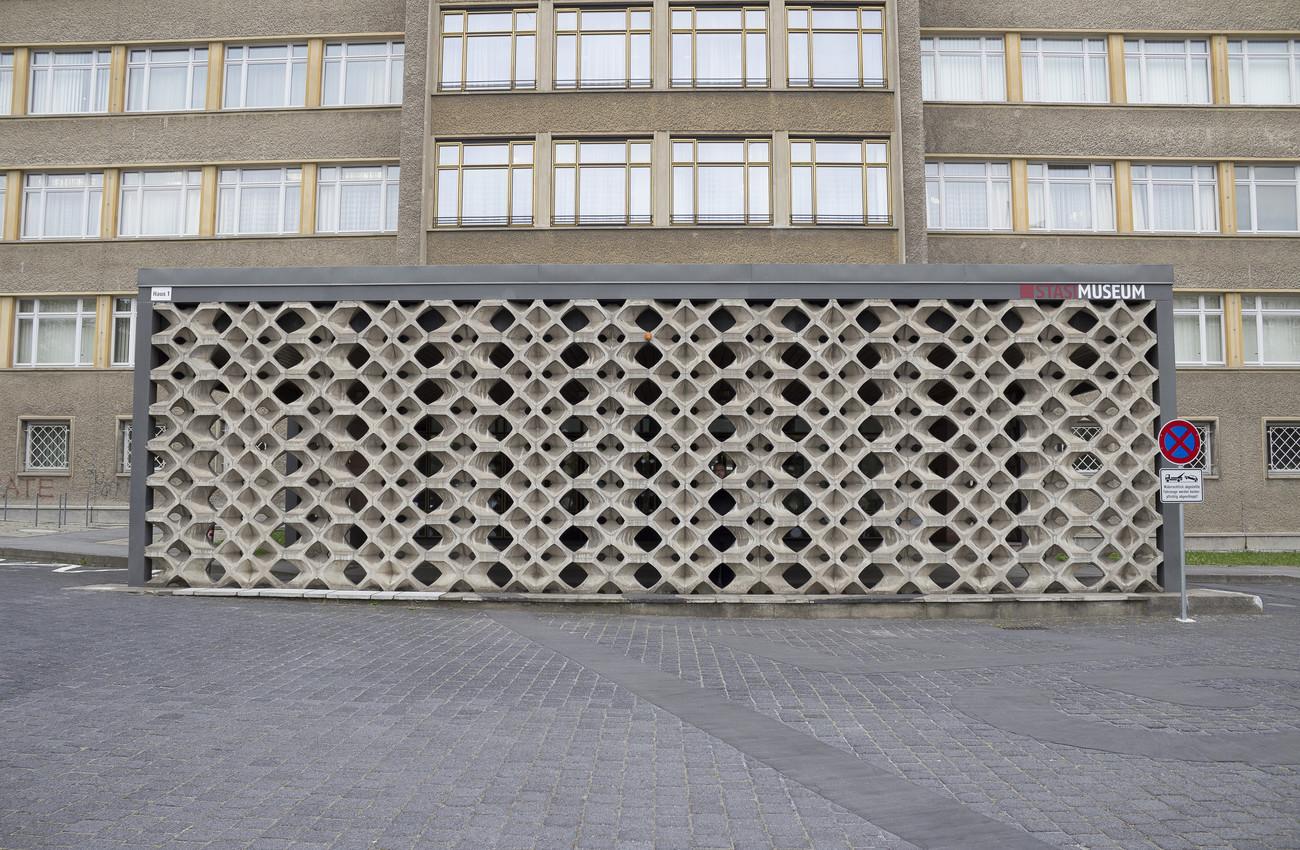 Steve Giasson. Performance invisible n° 133 (Rester dans l'ombre). Performeur : Steve Giasson. Crédit photographique : Martin Vinette. Stasimuseum, Berlin. 18 mai 2016.