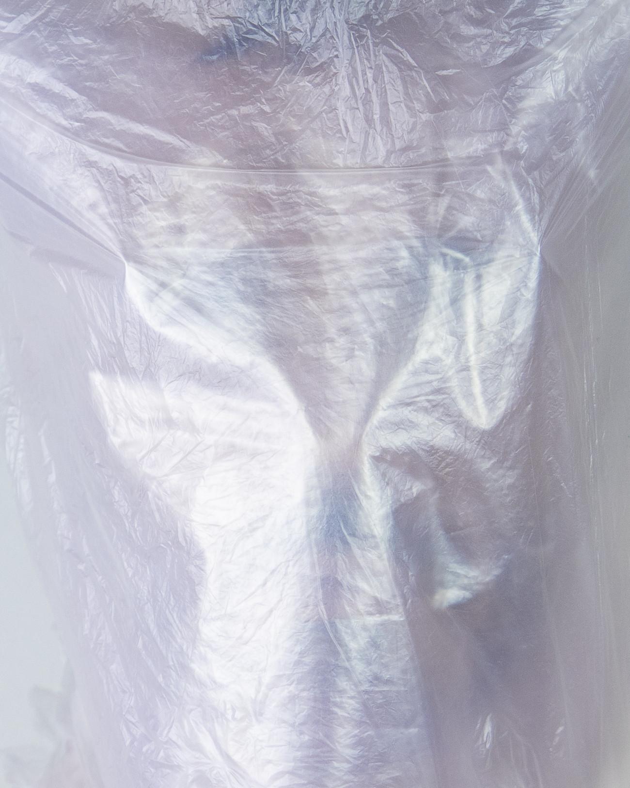 Steve Giasson. Performance invisible n° 200 (Être encore ici). D'après Geta Brătescu. Towards White (Self-Portrait in Seven Sequences). 1975. Performeur : Steve Giasson. Crédit photographique : Martin Vinette. Retouches photographiques : Daniel Roy. 29 novembre 2020.