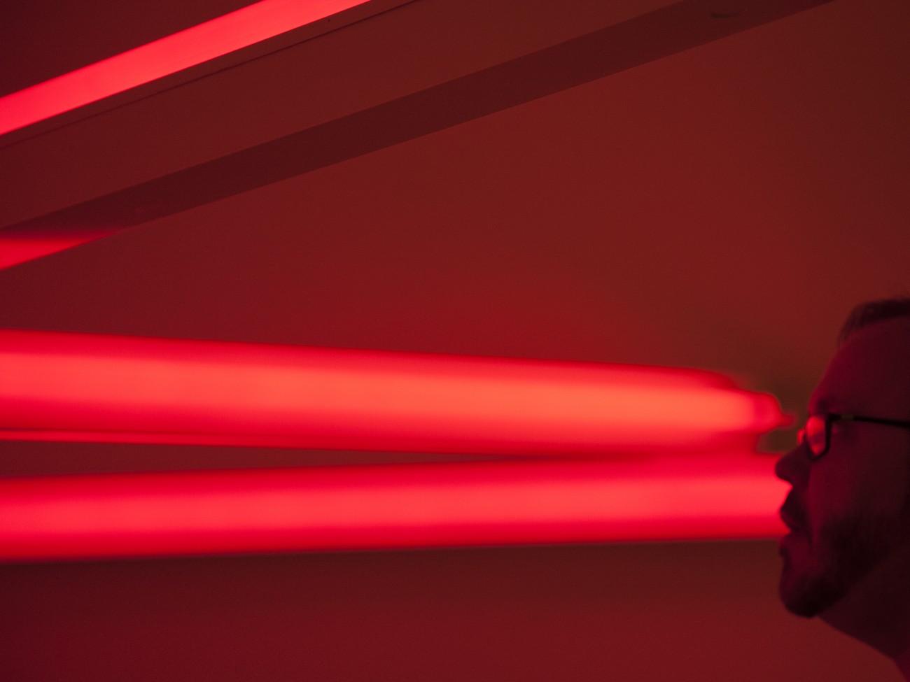 Steve Giasson. Performance invisible n° 25 (Rougir (de honte ou de plaisir ou de colère ou d'autre chose).) Dan Flavin. Monument 4 for those who have been killed in ambush (to PK, who reminded me about death). 1966. Musée des beaux-arts du Canada, Ottawa. Performeur : Steve Giasson. Crédit photographique : Martin Vinette. 22 septembre 2015.