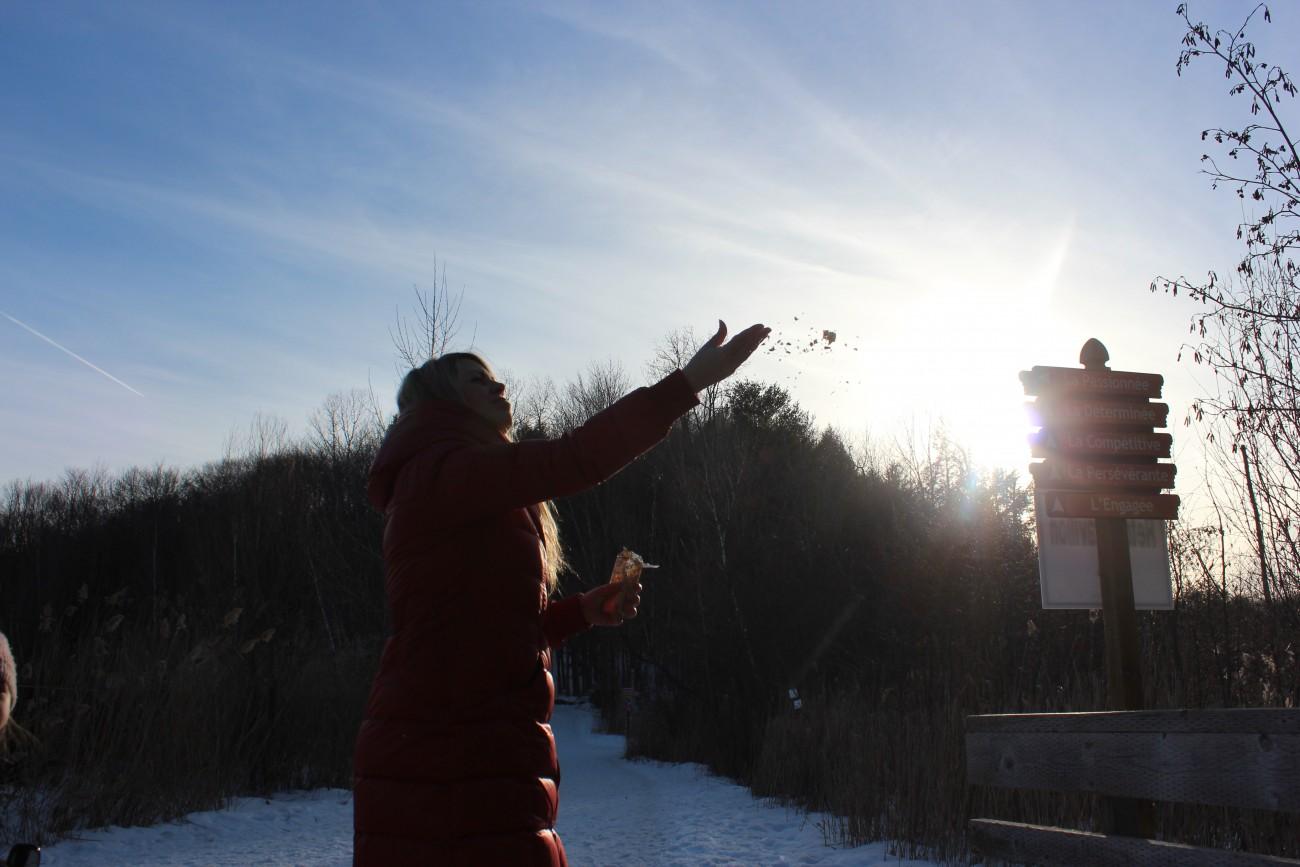 Steve Giasson. Performance invisible n° 4 (Perdre de l'or (dans les airs, dans la rue, dans l'eau).) Performeuse : Brigitte Desroches. Crédit photographique : Frédéric Martin. Mascouche. 13 mars 2016.