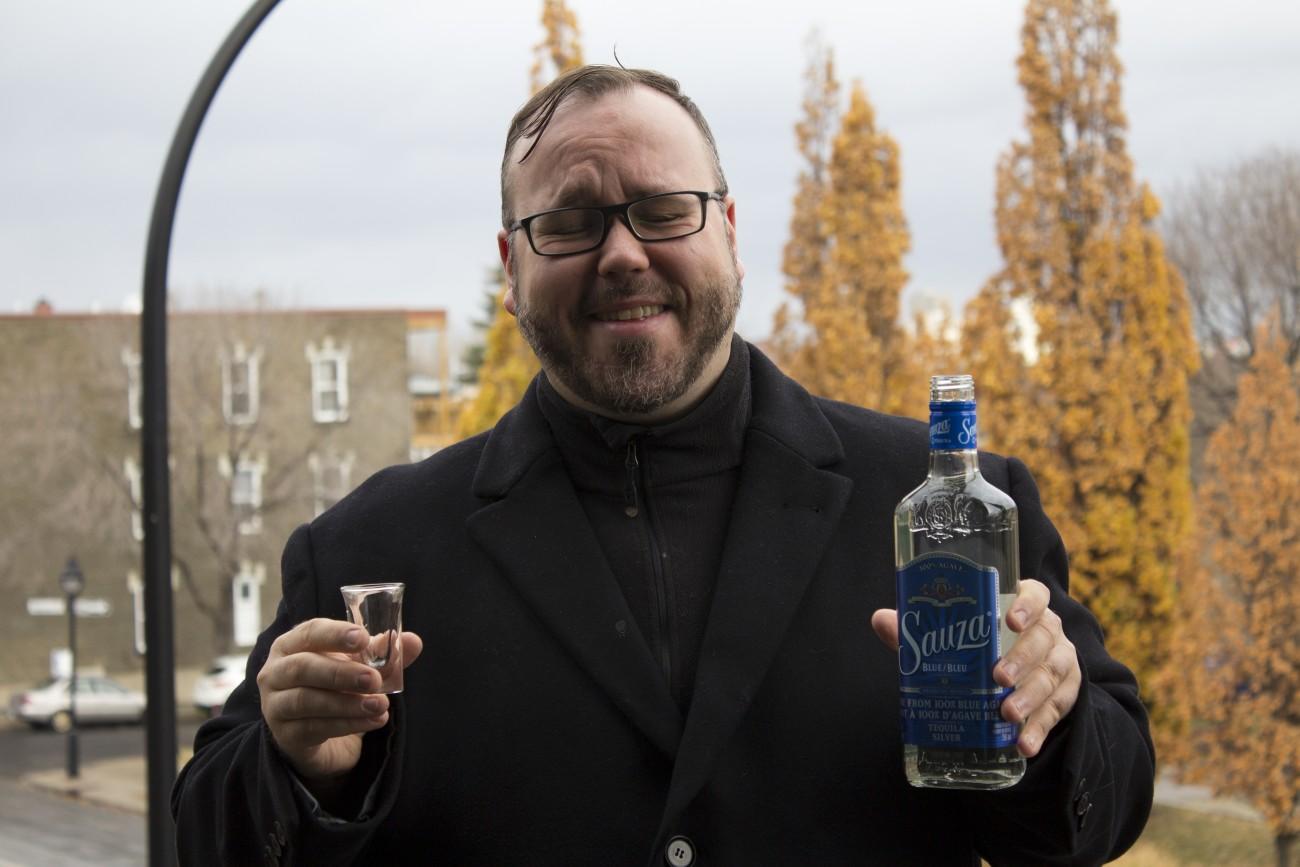Steve Giasson. Performance invisible n° 47 (Boire de la tequila blanche sous la pluie). Performeur : Steve Giasson. Crédit photographique : Martin Vinette. 11 novembre 2015.