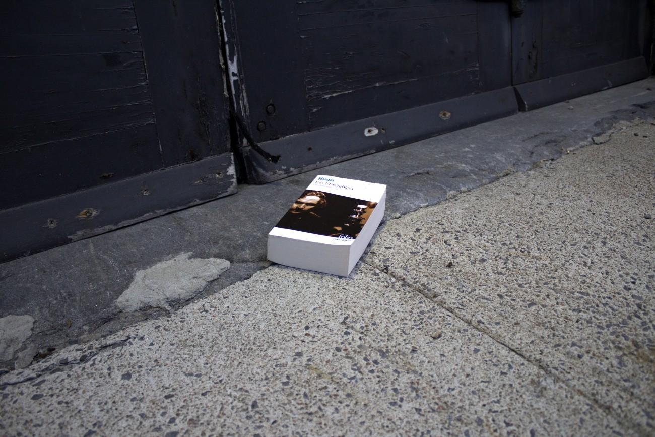Steve Giasson. Performance invisible n° 65 (Déposer incognito des copies du roman Les Misérables de Victor Hugo aux portes des casernes ou des centres de recrutement de l'Armée (dans l'espoir que les soldats les emportent avec eux).) Performeur : Steve Giasson. Crédit photographique : Steve Giasson. 16 décembre 2015.