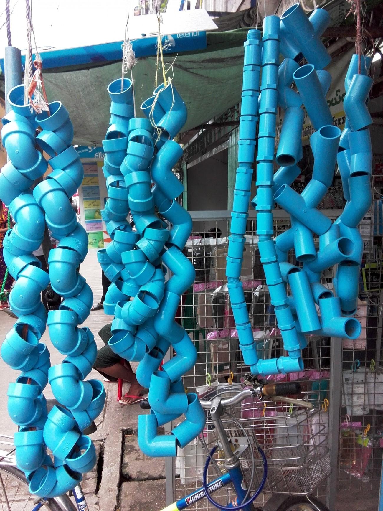 Steve Giasson. Performance invisible n° 2 (S'efforcer de réaliser un concert Fluxus en rêve.) Performeur : Nyein Way. ''a midqife colour''. Rangoun, Birmanie. 12 août 2015.