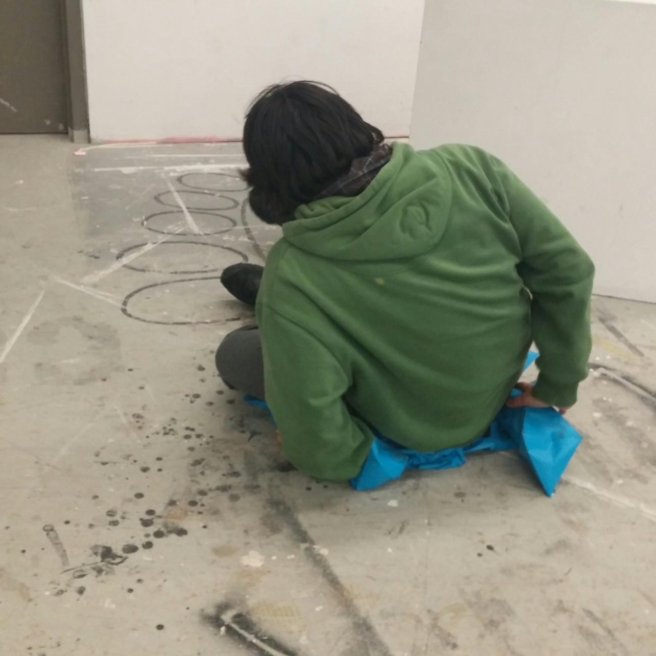Steve Giasson. Performance invisible n° 74 (Détruire une œuvre d'art (ou Abuser discrètement d'un pouvoir).) Performeuse : Angel Ezequiel Lopez-Herrera. Crédit vidéographique : Jennessa St-Pierre. 7 avril 2016.