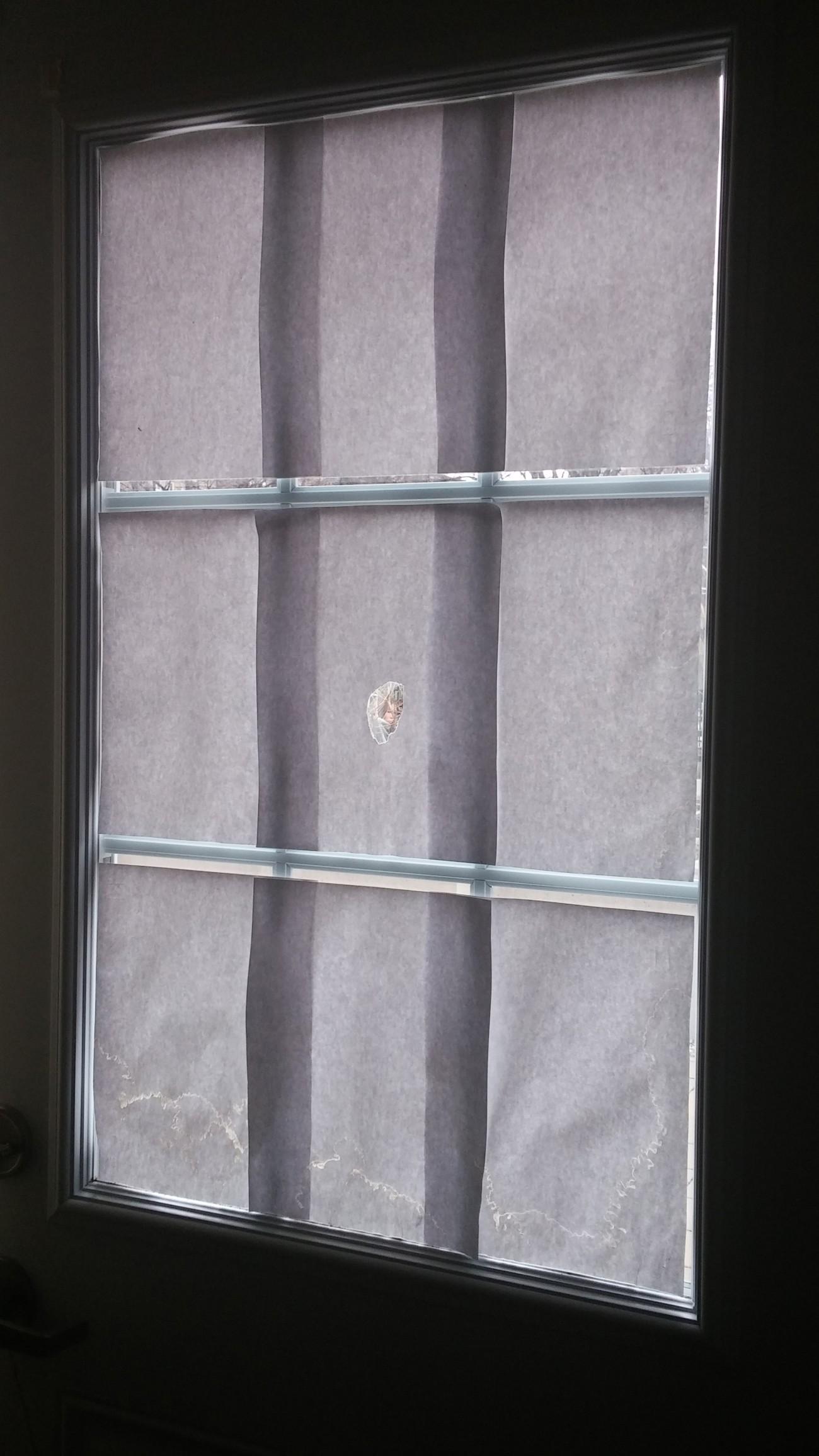 Steve Giasson. Performance invisible n° 29 (Épier quelqu'un ou quelque chose de sa fenêtre.) Performeur : Angel Ezequiel Lopez-Herrera. Crédit photographique : Angel Ezequiel Lopez-Herrera. 12 avril 2016.