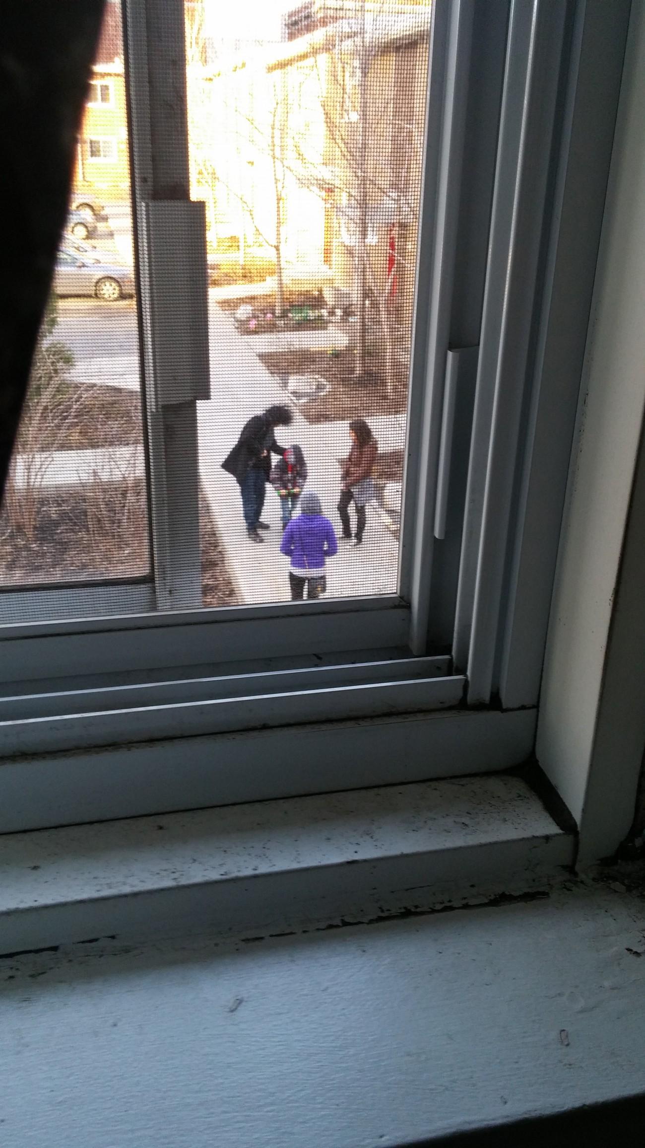 Steve Giasson. Performance invisible n° 29 (Épier quelqu'un ou quelque chose de sa fenêtre.) Performeur : Angel Ezequiel Lopez-Herrera. Crédit photographique : Angel Ezequiel Lopez-Herrera. 22 avril 2016.