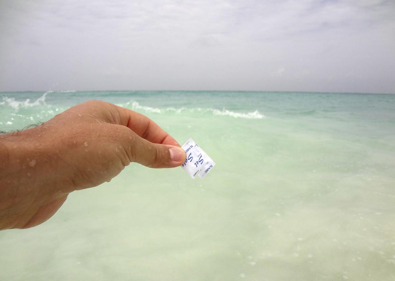 Steve Giasson. Performance invisible n° 7 (Ajouter une pincée de sel dans la mer). Performeur : Daniel Roy. Crédit photographique : Daniel Roy. Cuba, mai 2015.
