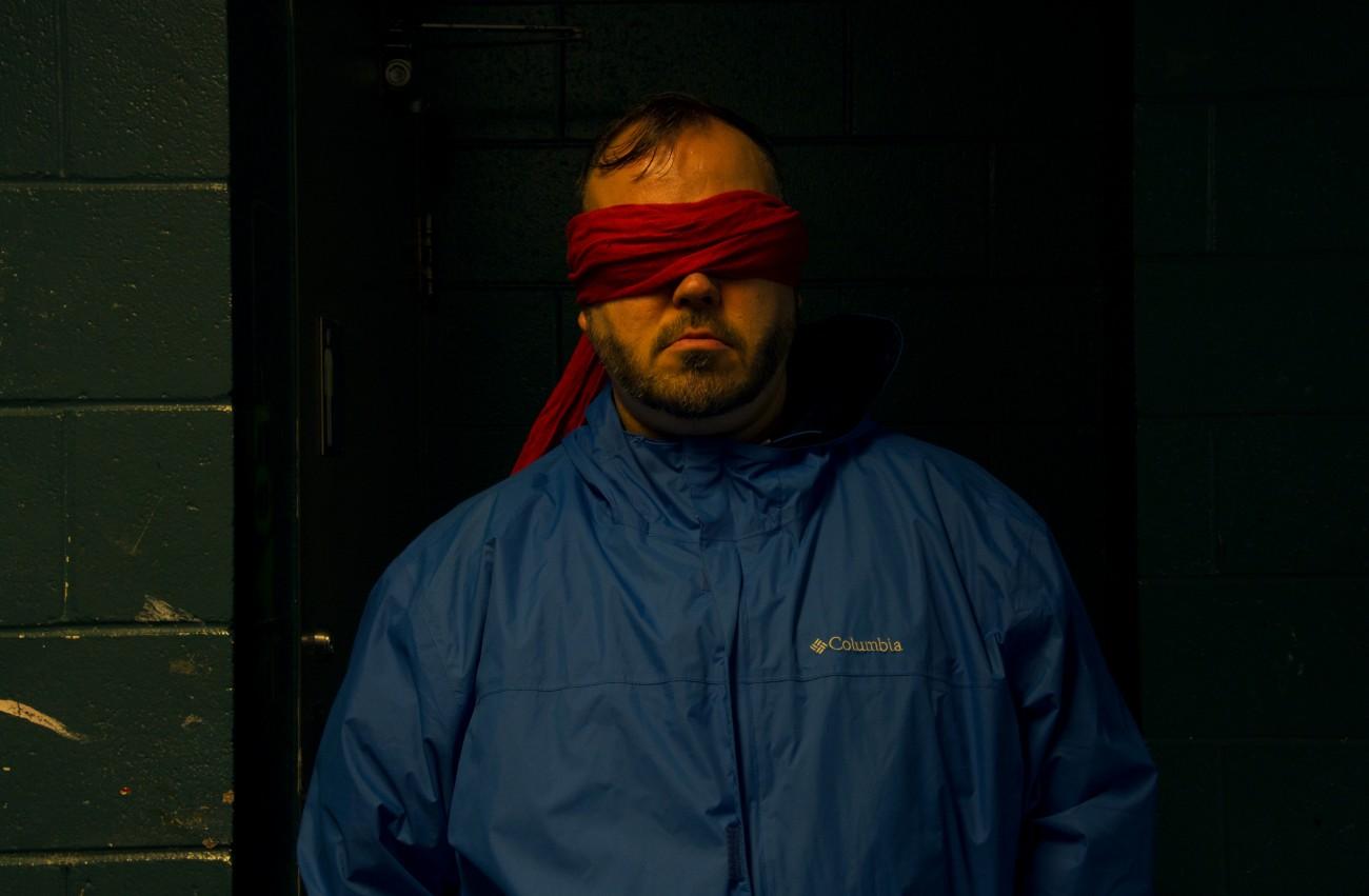 Steve Giasson. Performance invisible n° 32 (Voir rouge.) Reenactment deMladen Stilinović. 8 Polaroids on the Topic of Red. 1978. Performeur : Steve Giasson. Crédit photographique : Daniel Roy. 3 octobre 2015.