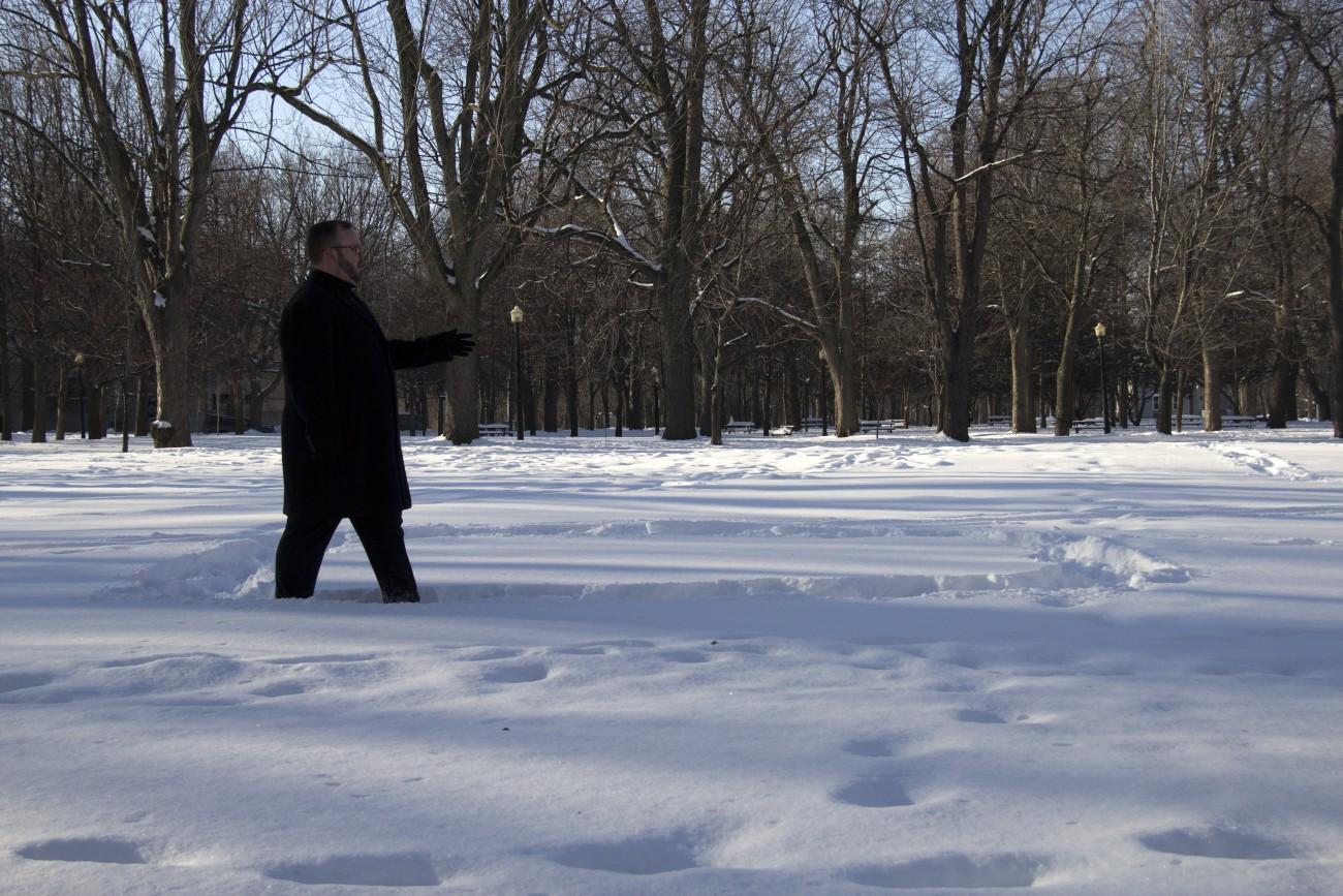 Steve Giasson. Performance invisible n° 72 (Adopter une « démarche de flingueur » (ou Marcher d'une manière exagérée).) Performeur : Steve Giasson. Crédit photographique : Daniel Roy. 6 janvier 2016.