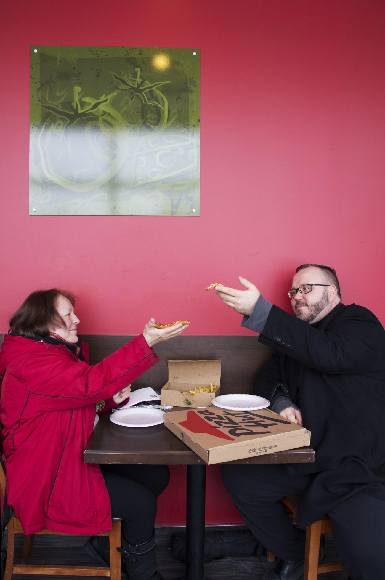 Steve Giasson. Performance invisible n° 93 (Manger une pointe de pizza chez Pizza Hut. S'exclamer, avant de prendre une première bouchée : Vive Gorbatchev !) Performeurs : Andrée Boivin et Steve Giasson. Crédit photographique : Daniel Roy. 27 février 2016.