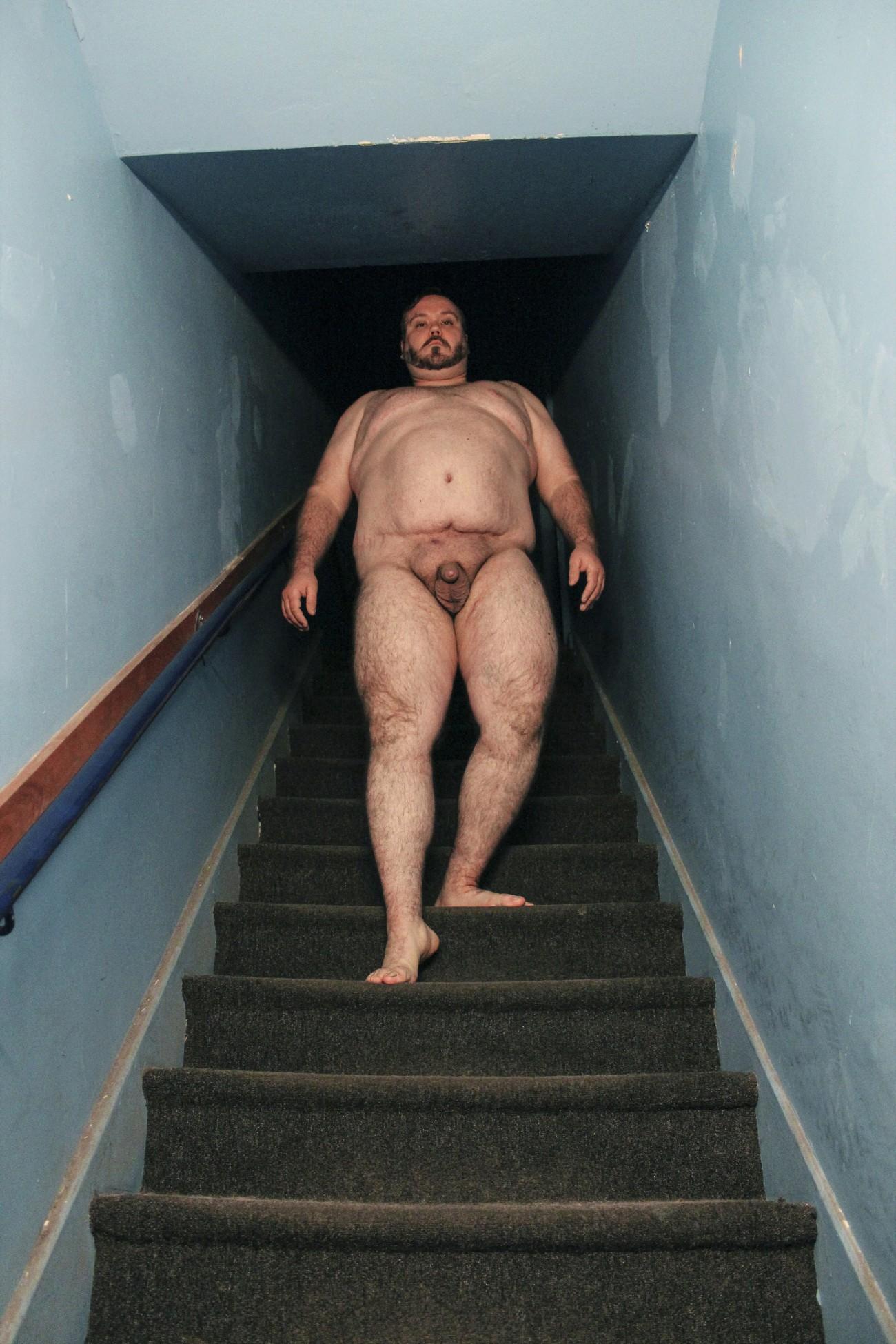 Steve Giasson. Performance invisible n° 81 (Descendre nu un escalier (sans se faire remarquer)). D'après Eadweard Muybridge. Woman Walking Downstairs. 1887. D'après Marcel Duchamp. Nu descendant un escalier n° 1. 1911 etNu descendant un escalier n° 2. 1912.D'après Gerhard Richter.Ema (Akt auf einer Treppe). 1966.D'aprèsLouise Lawler. Nude. 2002/2003. D'après Jonathan Monk. Nudes Descending the Stairs. 2007. Performeur : Steve Giasson. Crédit photographique : Martin Vinette. 18 novembre 2015 et 28 janvier 2016.