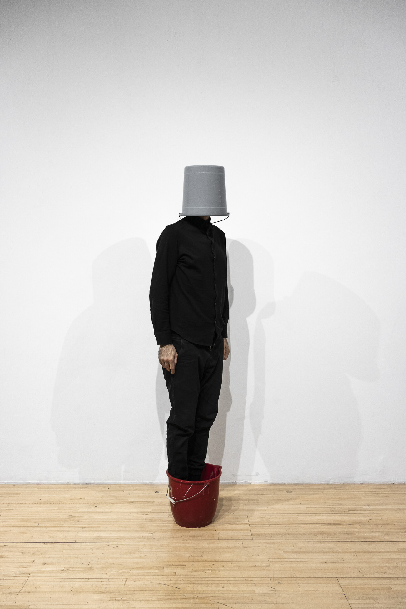 Steve Giasson. Performance invisible n° 172 (S'habituer à disparaître). Reenactment de Erwin Wurm. Untitled (Double Bucket). 1999. Performeur : Steve Giasson. Crédit photographique : Martin Vinette. AXENÉO7, Gatineau. 5 novembre 2019.
