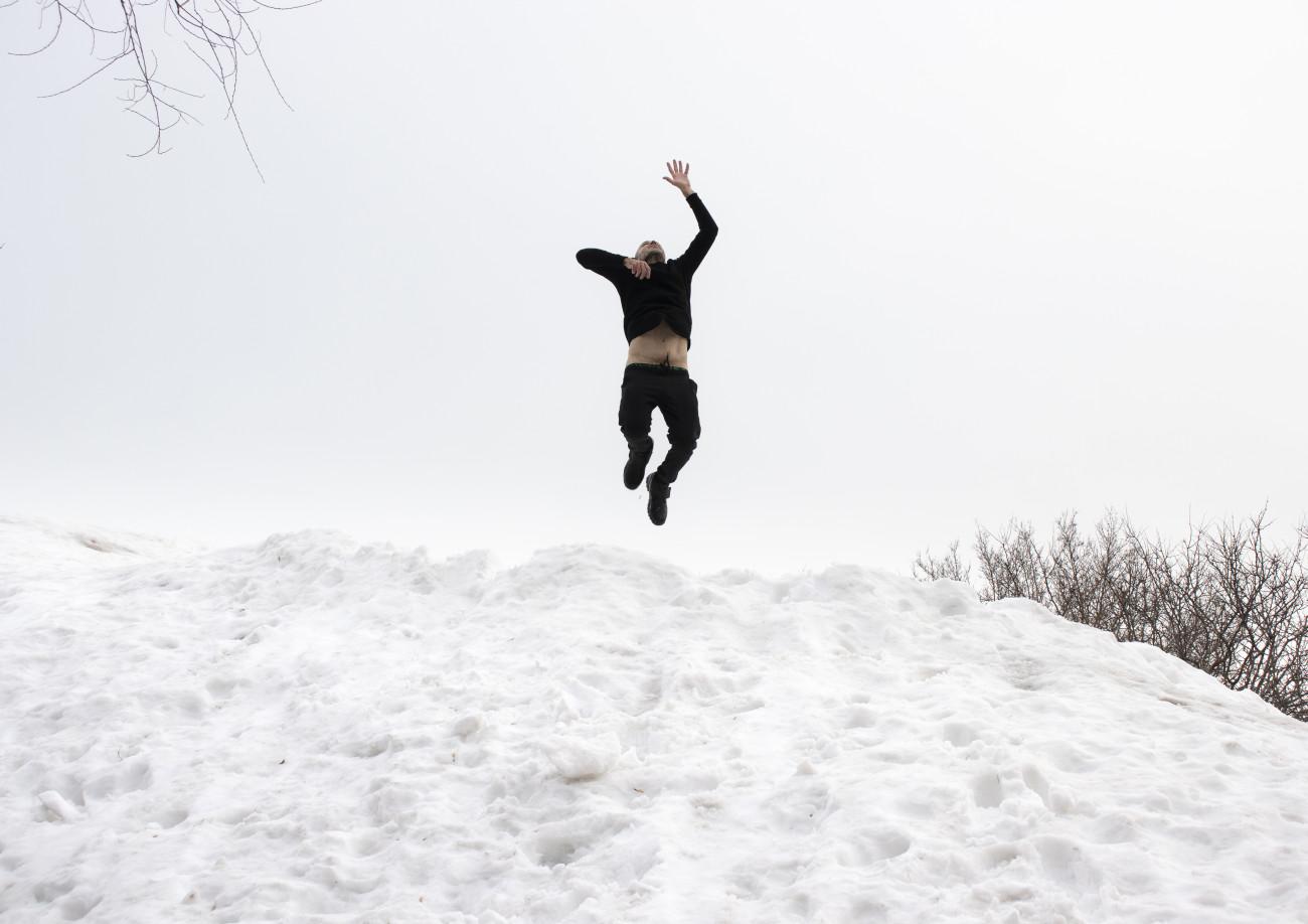 Steve Giasson. Performance invisible n° 204 (Être lourd). Reenactment de Karel Miler. Blíž k oblakům [Closer to the clouds]. 1977. Performeur : Steve Giasson. Crédit photographique : Martin Vinette. Retouches photographiques : Daniel Roy. 25 février 2020.