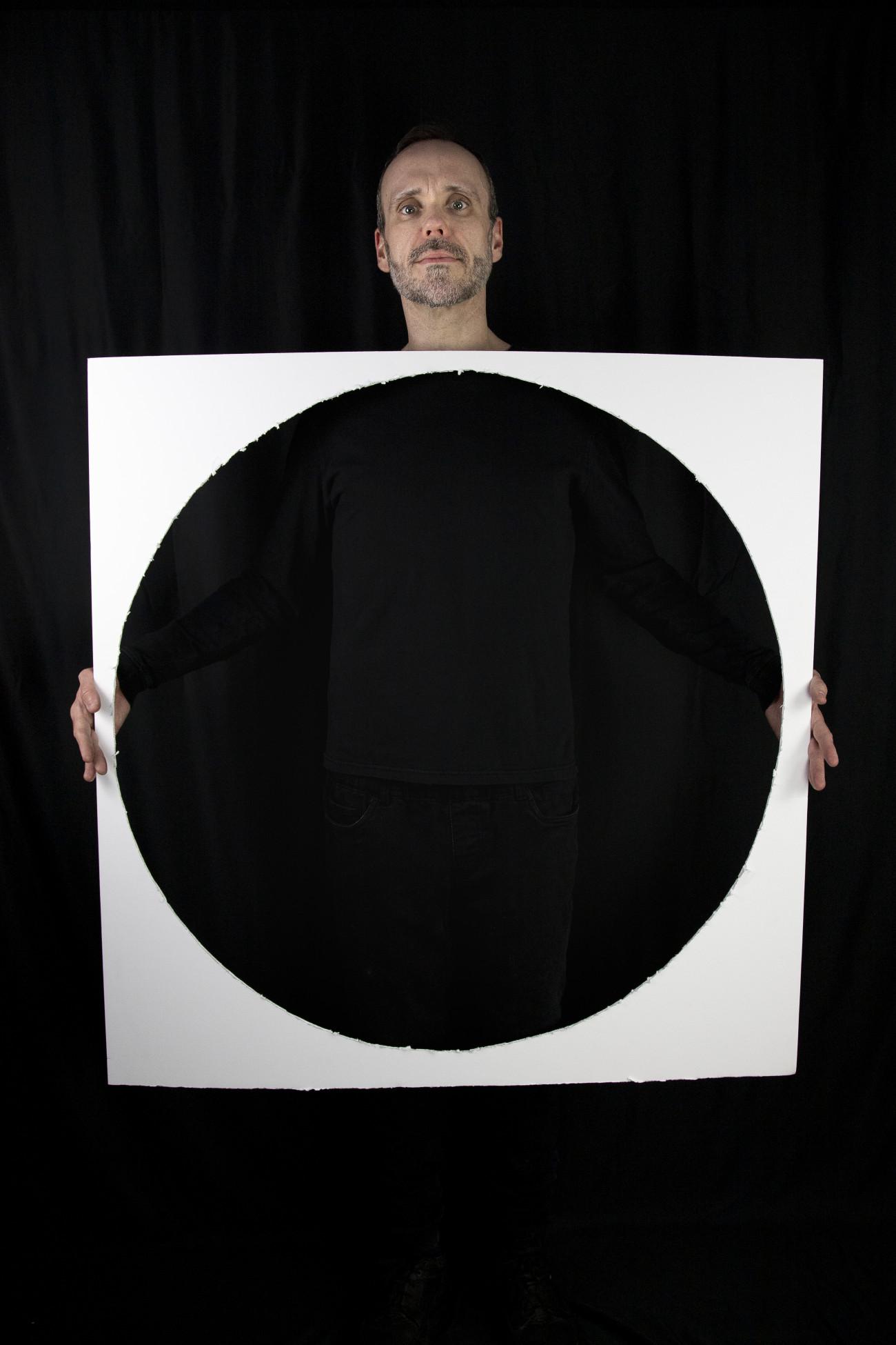 """Steve Giasson. Performance invisible n° 214 (Méditer rien). D'après Kō Nakajima. Yutaka Matsuzawa with """"White Circle"""". 1969. Performeur : Steve Giasson. Crédit photographique : Martin Vinette. Retouches photographiques : Daniel Roy. 23 janvier 2021."""