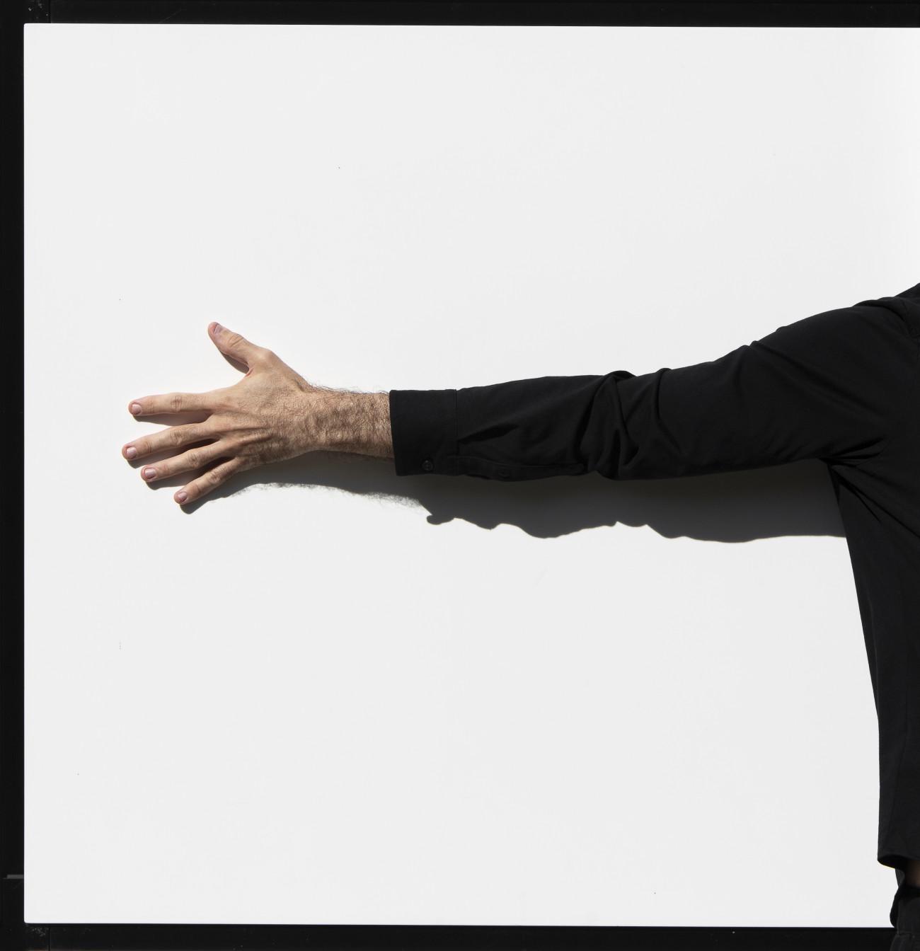 Steve Giasson. Performance invisible n° 241 (Enlacer uneœuvre d'art). Jean Pierre Raynaud. Autoportrait. 1987 / 2018. Performeur : Steve Giasson. Crédit photographique : Martin Vinette. Retouches photographiques : Daniel Roy. Parc de l'Amérique-Française, Québec. 6 septembre 2020.